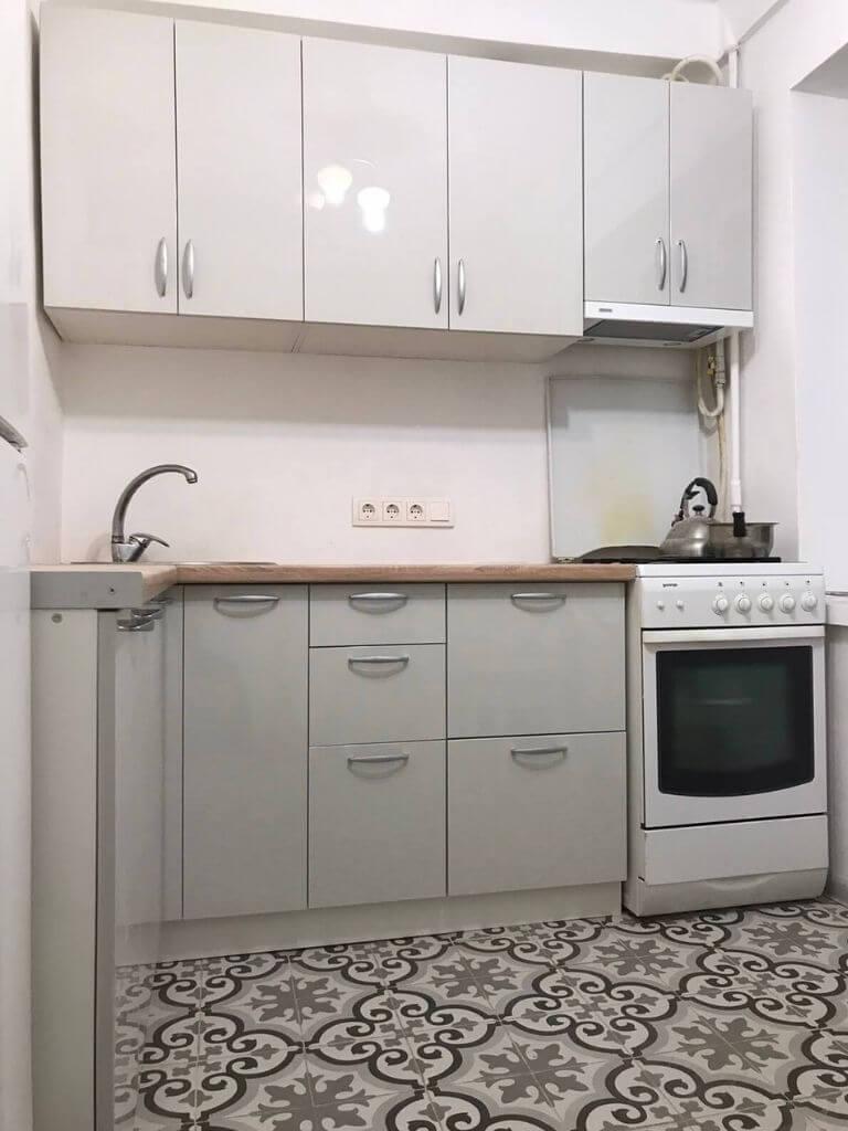 угловая кухня на заказ серая - вид спереди