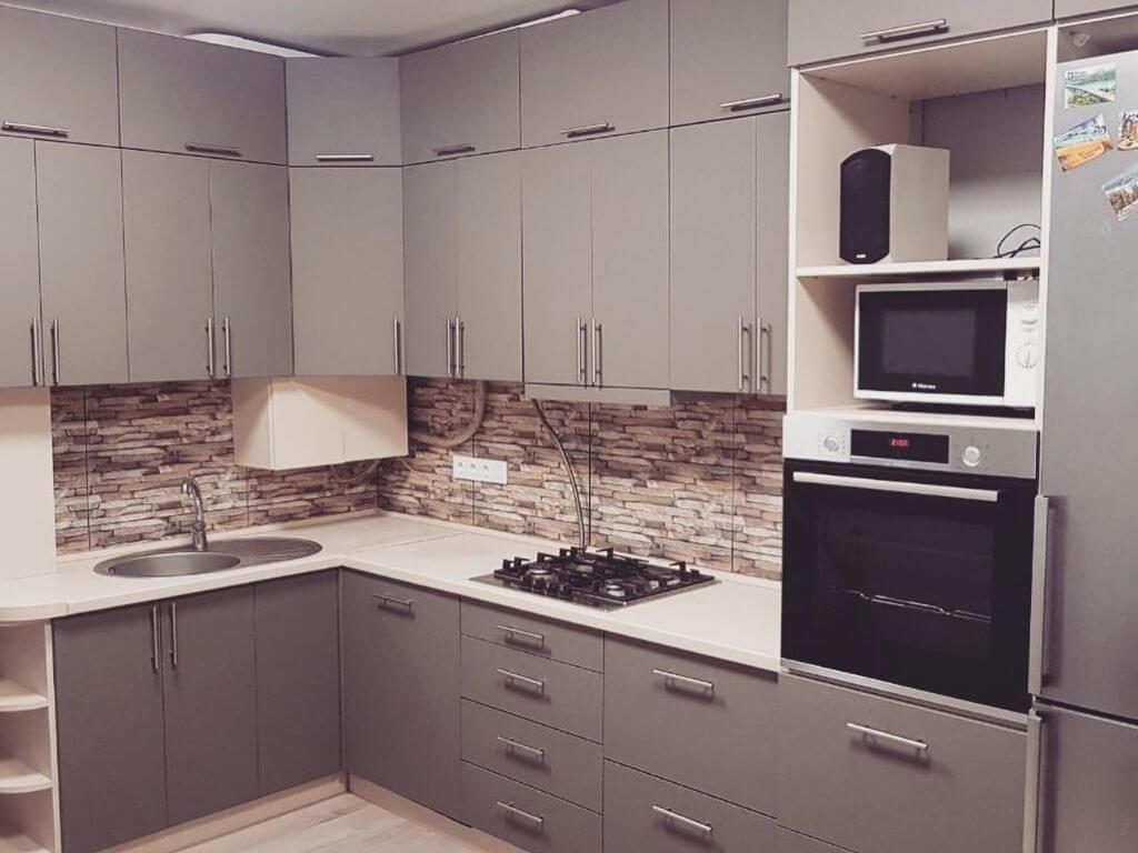 кухня на заказ с серыми фасадами центр кухни