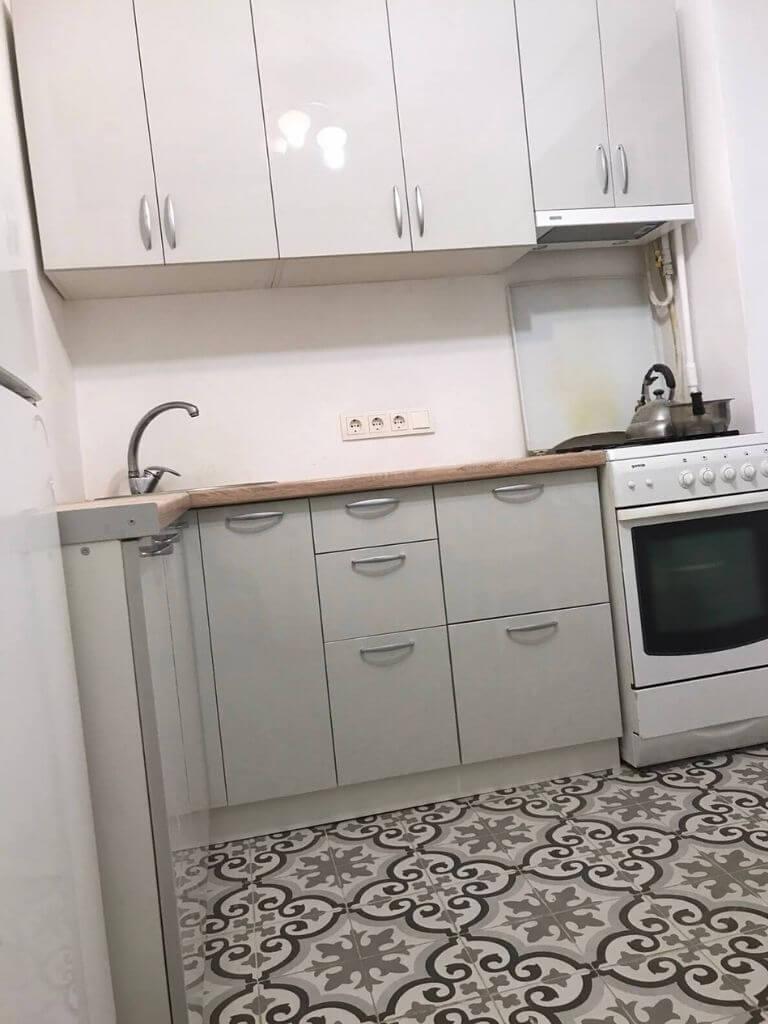 угловая кухня на заказ серая - общий вид