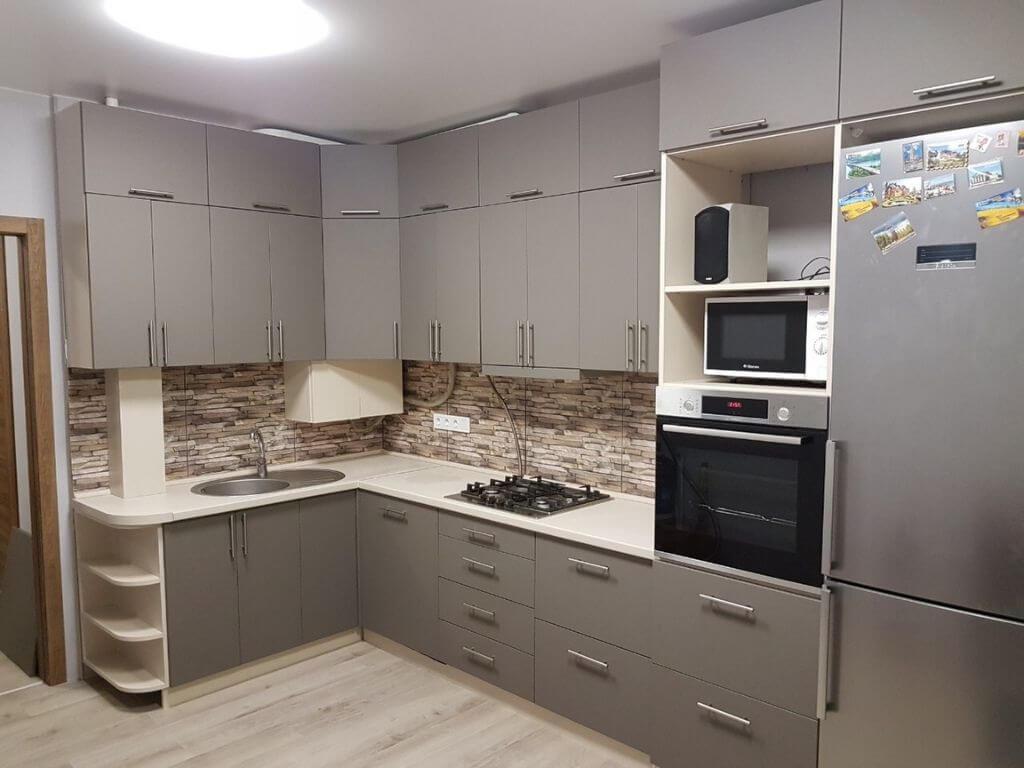 кухня на заказ с серыми фасадами общий вид